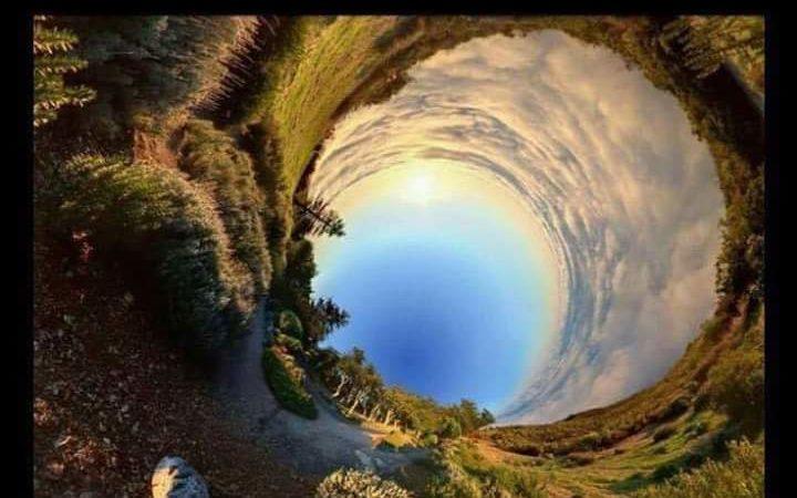 Hai mai provato a fotografare il panorama mentre rotoli su te stesso? Ecco il risultato…